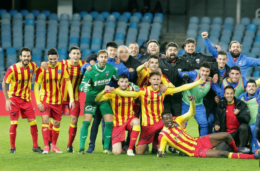 Los jugadores del Lleida festejan el triunfo en Anoeta y la...