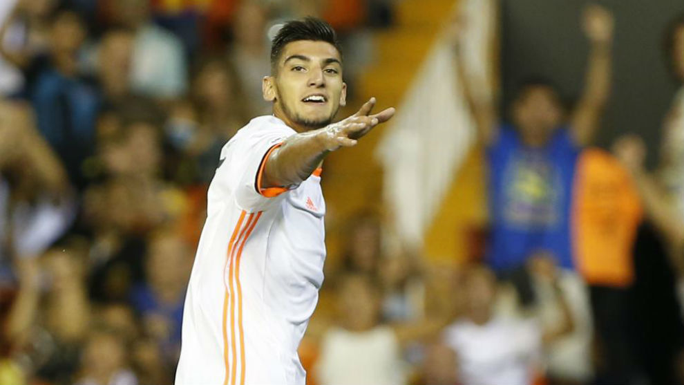 Rafa Mir celebra un gol con el Valencia