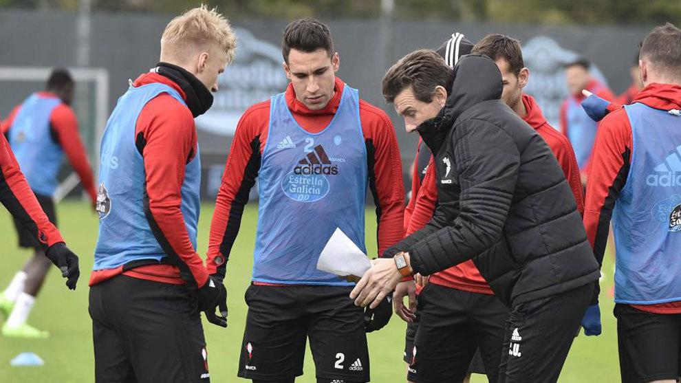 Unzué da instrucciones a Wass y Hugo Mallo en un entrenamiento en A...