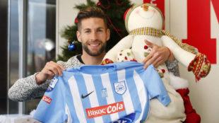 Pedro Conde posa con la camiseta del Giannina en la redacción de...