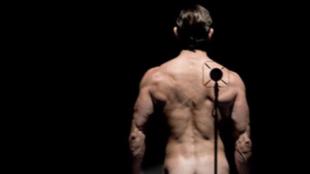 El desnudo integral de Adrián Lastra para felicitar el Año Nuevo