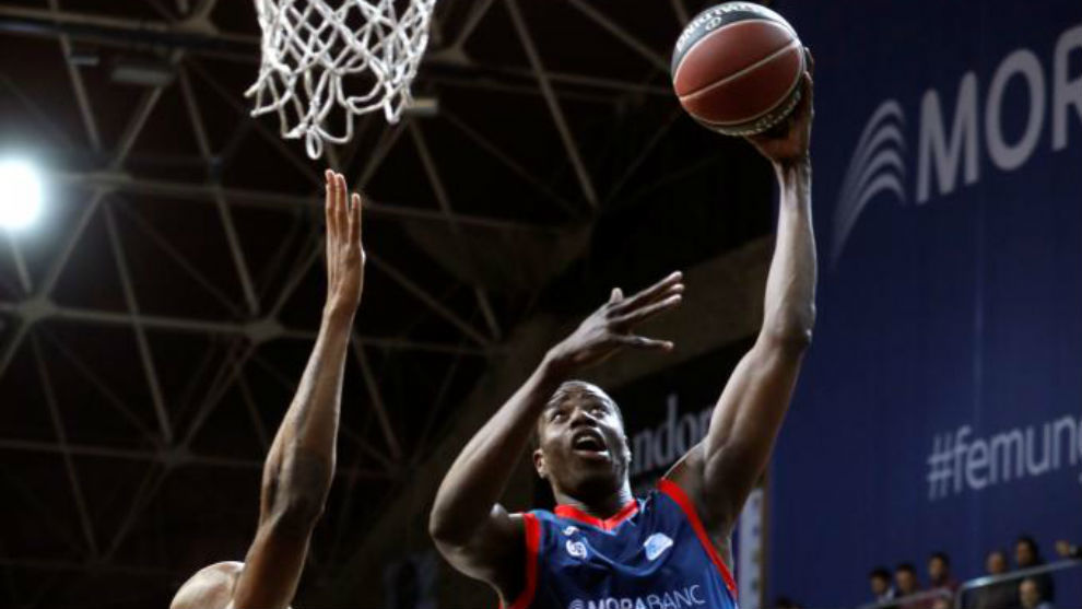 Moussa Diagne entrando a canasta