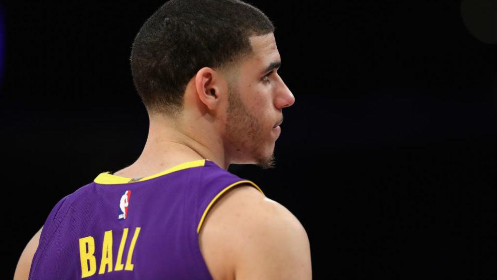 Lonzo Ball jugando con los Lakers antes de lesionarse
