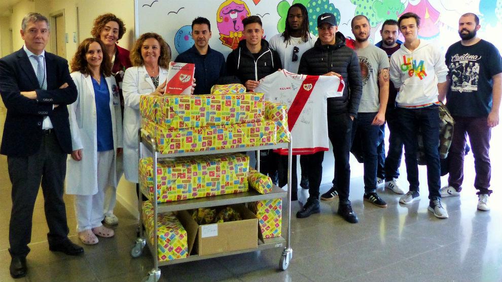 Varios jugadores y Míchel, en la planta de pediatría del Infanta...