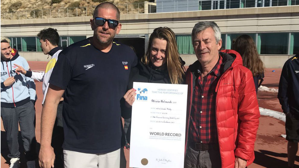 Mireia Belmonte recibe su diploma, junto a Fred Vergnoux y el...