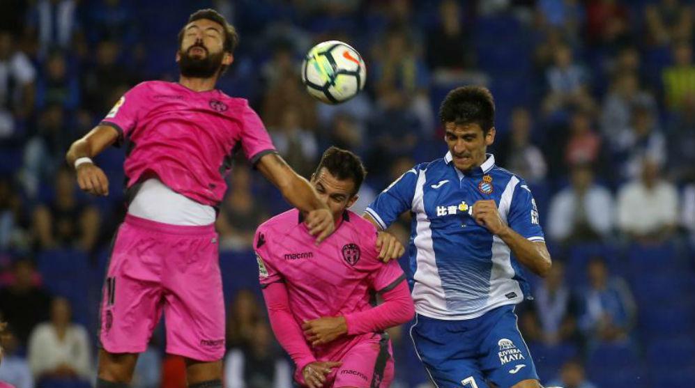 Acción del encuentro de Liga en el RCDE Stadium entre el Espanyol y...