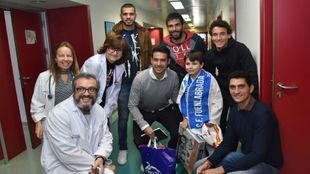 Los cinco jugadores del Fuenlabrada, con un niño y varios miembros...