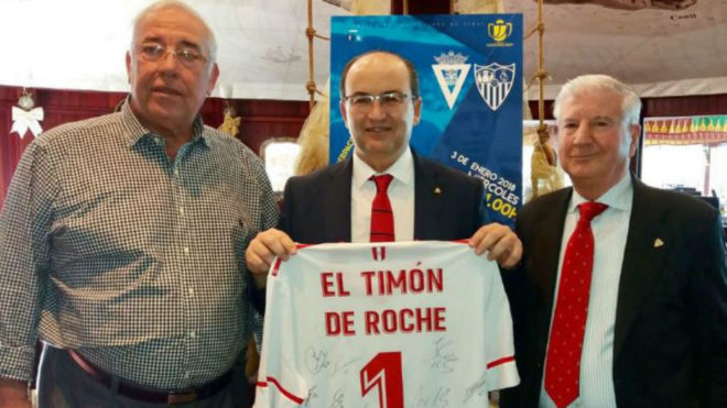 SuperPaco, junto al presidente y vicepresidente del Sevilla.