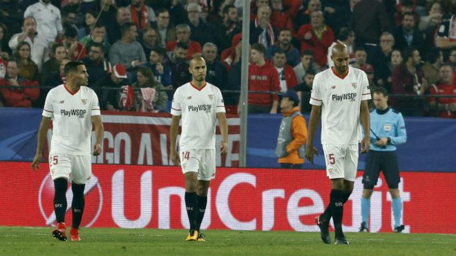 Mercado, Pizarro y N'Zonzi, ente el Liverpool.