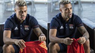 Mariano sujeta la camiseta de la selección