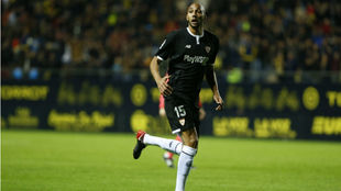 N'Zonzi sigue de cerca una jugada en Cádiz.