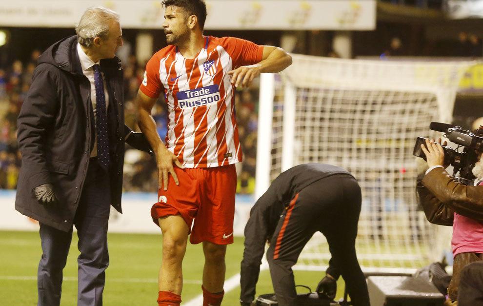 Diego Costa atendido por el médico tras su lesión al marcar el gol