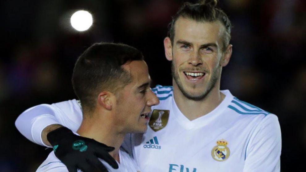 Bale celebra con Lucas Vázquez su gol de penalti