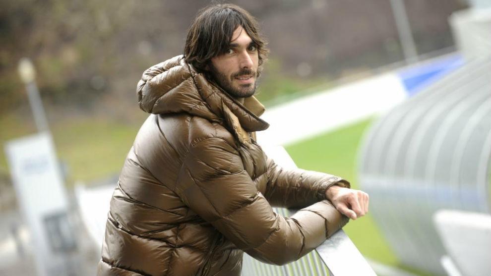 Carlos Martínez (31) posa para MARCA en la valla del campo José Luis...