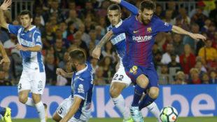 Messi disputa un balón a los jugadores del Espanyol en el último...