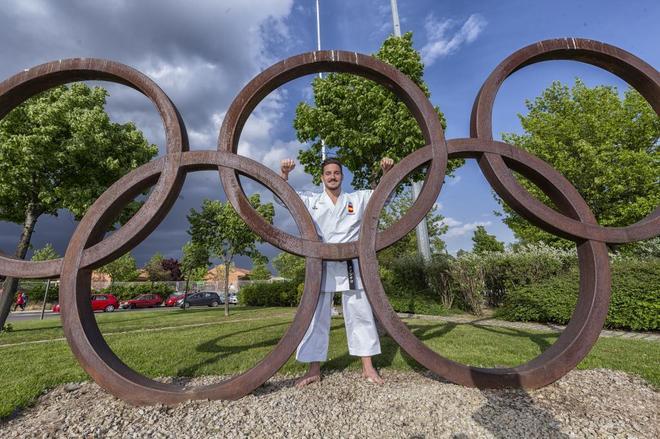 Damián Quintero posa para MARCA con los aros olímpicos