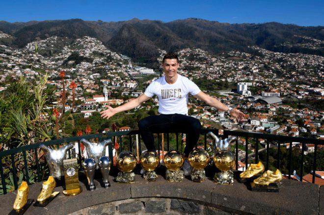 Ronaldo posa con los trofeos individuales conquistados.