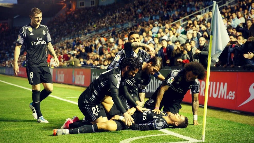 Los jugadores del Real Madrid celebran un gol conseguido la temporada...