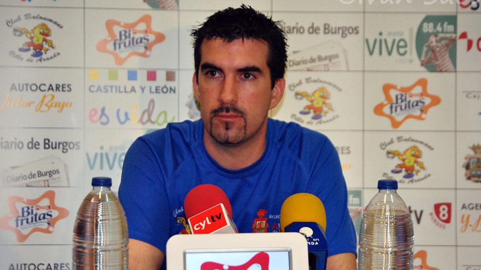 Magi Serra en rueda de prensa con el Villa de Aranda