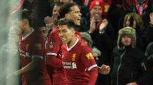 Van Dijk celebra su gol al Everton.