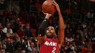Wayne Ellington intenta anotar una canasta para los Heat