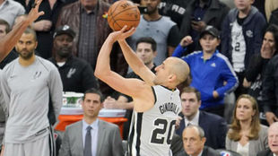 Manu Ginóbili lanza un triple con los San Antonio Spurs