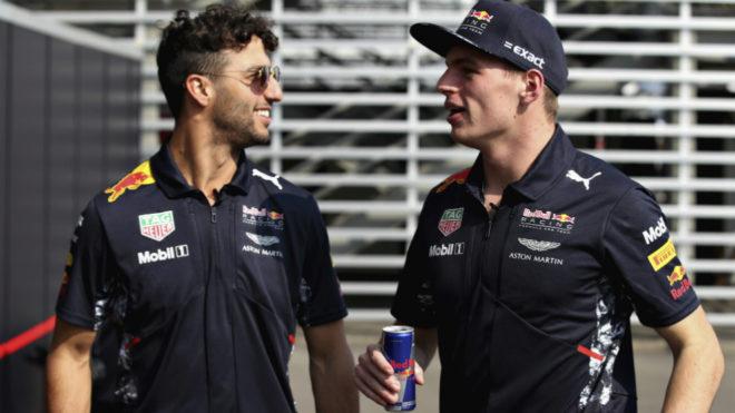 Verstappen habla con Ricciardo.