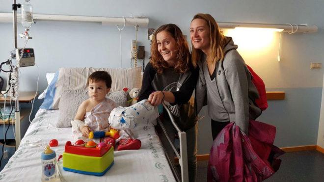 Mireia Belmonte, junto a un poqueó hospitalizado y su madre.