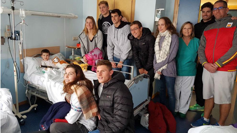 El grupo de nadadores y el técnico fred Vergnoux, en el Hospital San...