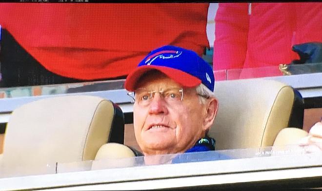 Jack Nicklaus (77) presenciando un partido de los Buffalo Bills.