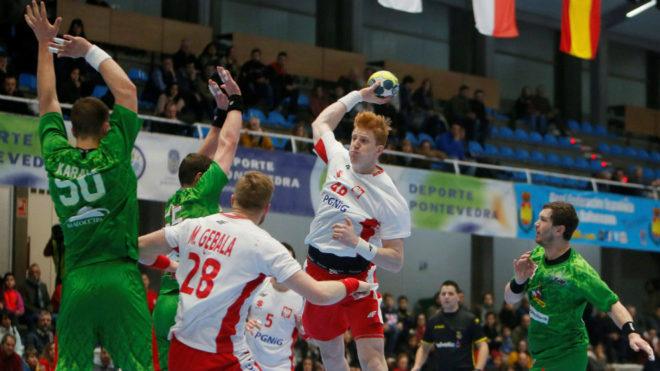 El lateral izquierdo polaco Gebala lanza a portería /