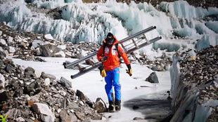 Alex Txikon preparando la cascada de hielo de Khumbu