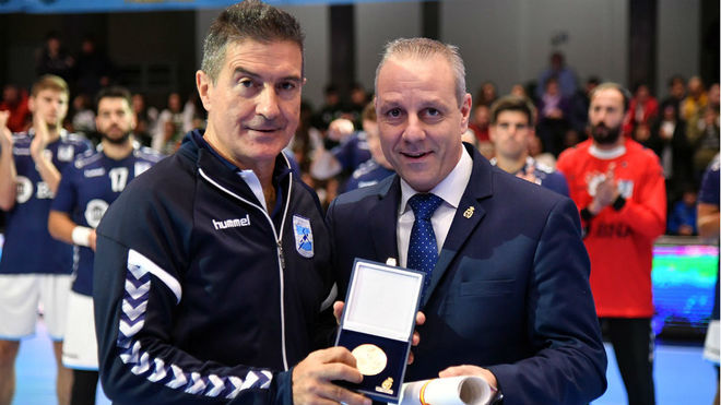 Francisco Blázquez entraga a Manolo Cadenas la medalla de oro de la...