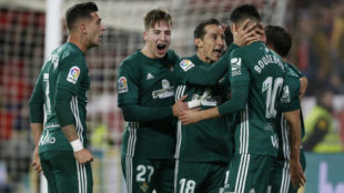 Los jugadores del Betis celebrando uno de los goles del partido.