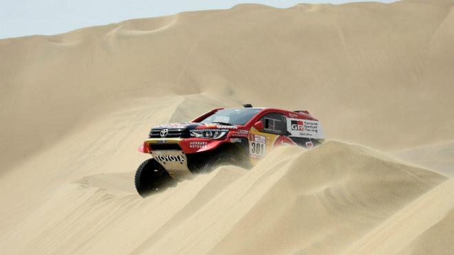 Nasser Al-Attiyah, primer líder del Dakar, negocia una duna durante...
