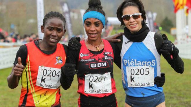 El podio de la prueba femenina con Trihas Gebre (en el centro), Beth...