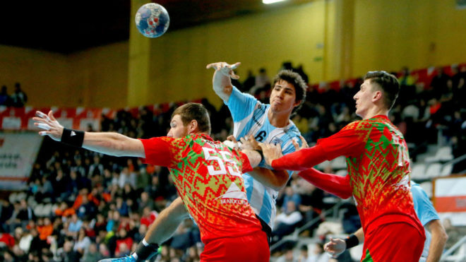 Diego Simonet ensaya un pase ante la defensa de Bielorrusia