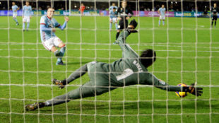 Aspas lanza y Keylor despeja el penalti