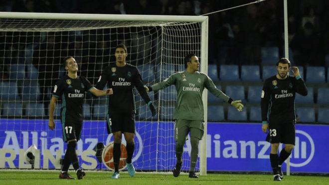 Los jugadores se lamentan tras el segundo gol del Celta.