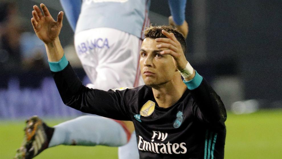Cristiano Ronaldo se lamenta durante una acción del partido contra el...