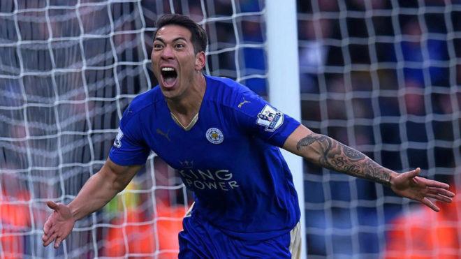 Leo Ulloa celebra un gol con el Leicester.