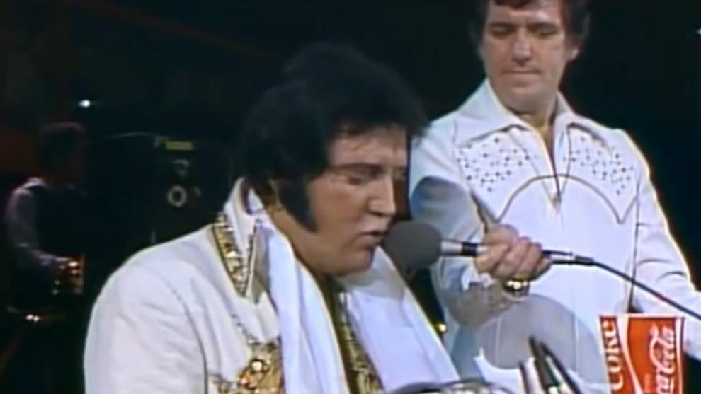 Elvis interpeta Unchained Melody, sentado al piano, en 1977, poco...
