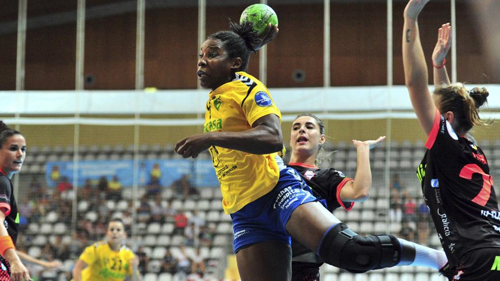 Lisandra Lussón durante un partido ante el Atl. Guardés