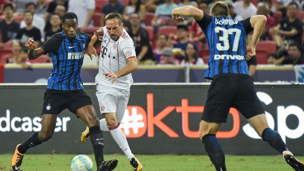 Kondogbia disputa un balón con Ribéry en un amistoso veraniego