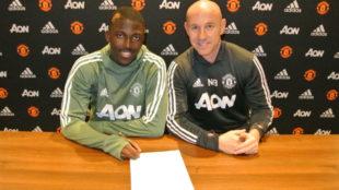 Aliou Traore firmando el contrato