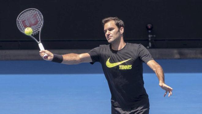 Roger Federer entrenándose en la pista de Melbourne