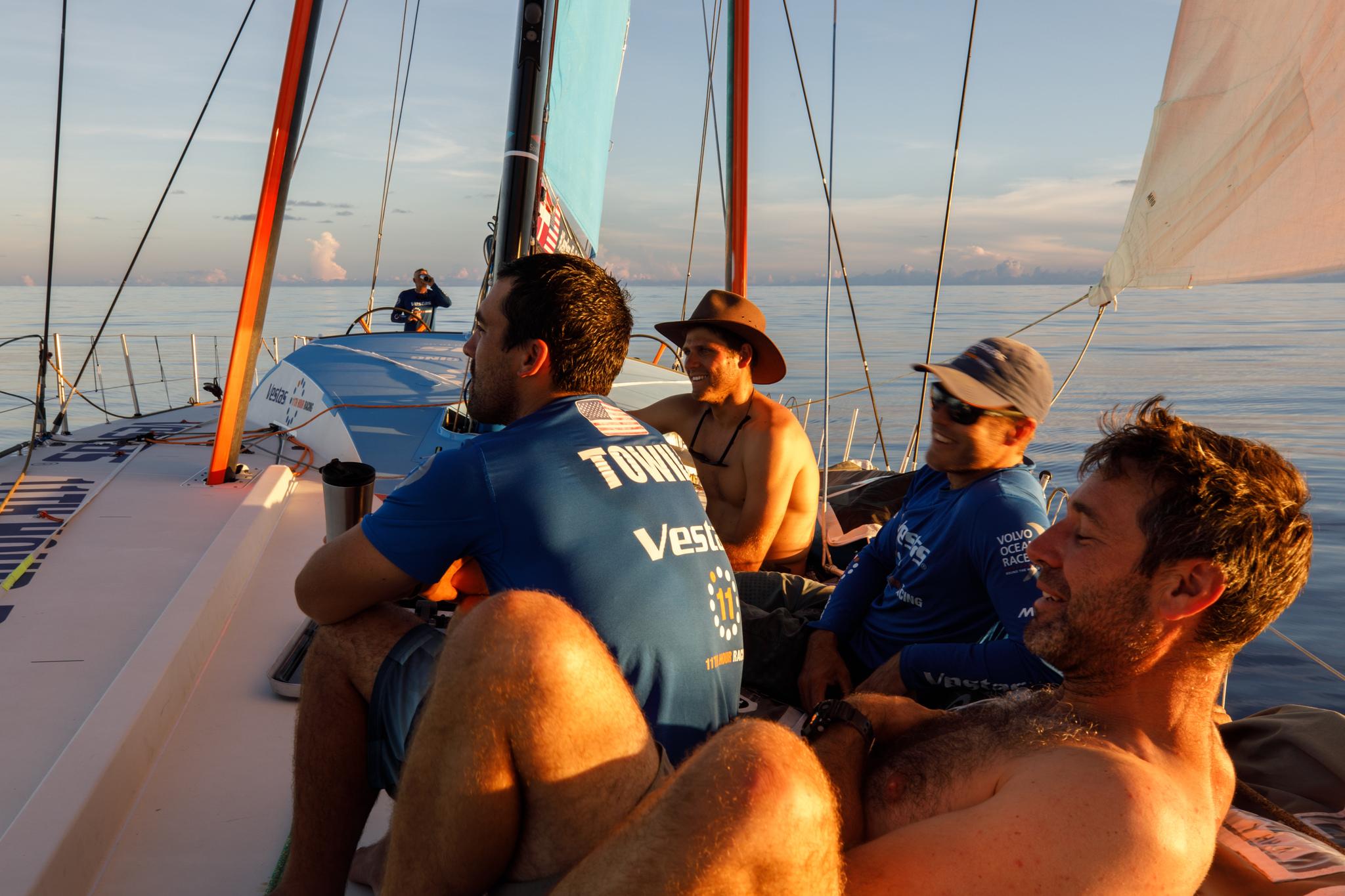 La tripulación del Vestas, en cubierta, durante el paso por los...