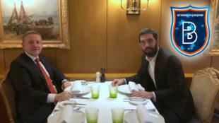 Arda Turán, junto con Goksel Gumusdag, presidente del Basaksehir.
