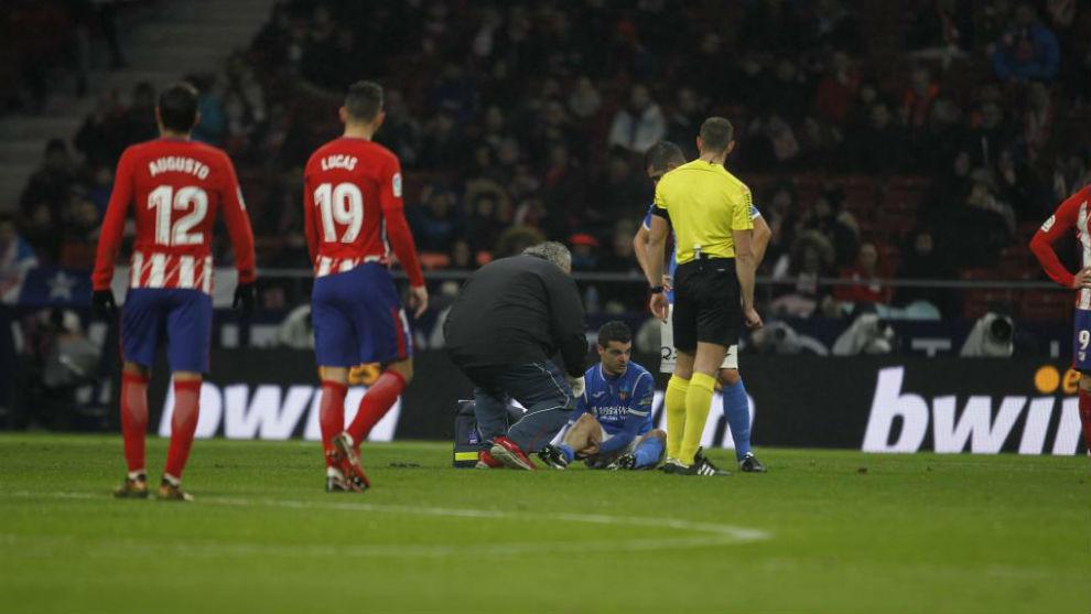 Aitor Núñez, en el césped tras lesionarse.