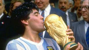 Maradona besa la Copa del Mundo ganada por Argentina en 1986.